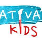 KreativaKids logo, ett blått penseldrag med texten Kreativa i vitt, under en röd text Kids, i:et i båda texter utgörs av en stor målarpensel i rött och vitt.